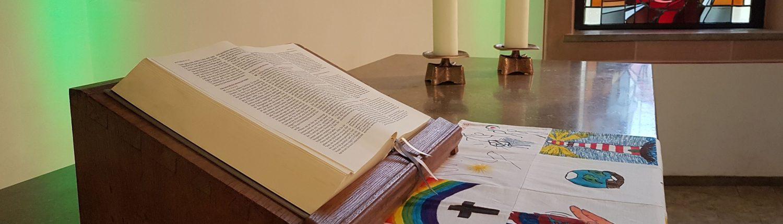 """Friedenskirche Gestaltung mit Altardecke """"Gottesbilder"""" der Konfirmanden"""